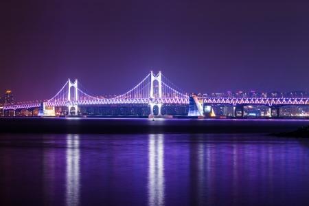 schlagbaum: Hängebrücke in Busan bei Nacht