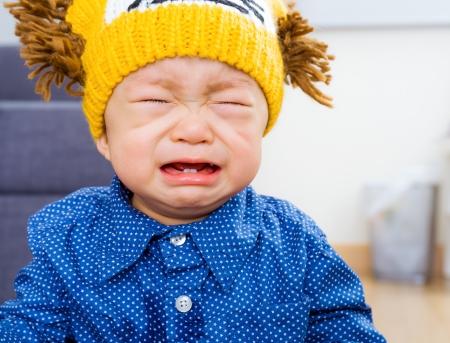 child crying: Bebé asiático que grita