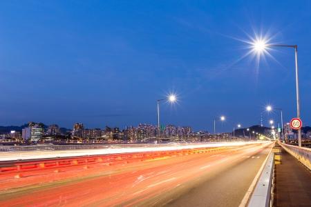 schlagbaum: Verkehr auf der Autobahn