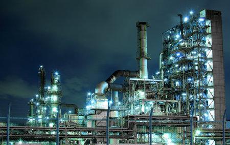 ingeniero industrial: Planta petroquímica en la noche