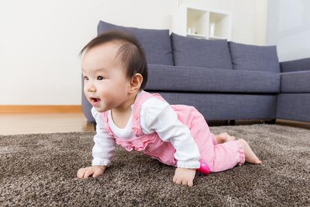 creeping: Neonata strisciante in casa