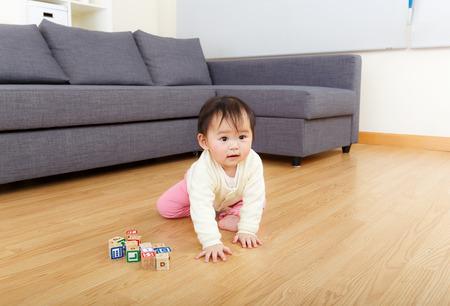 bebe gateando: Asia ni�a arrastr�ndose en el hogar Foto de archivo