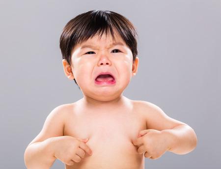 ojos llorando: El llanto del bebé joven Foto de archivo
