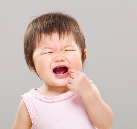 ojos llorando: Muchacha con dolor de muelas