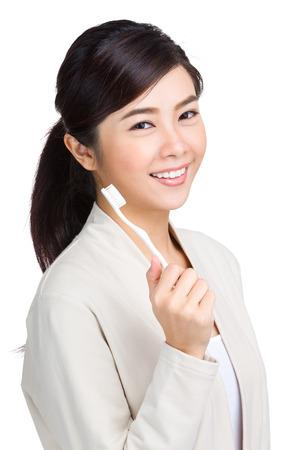 asia smile: Mujer que sostiene el cepillo de dientes Foto de archivo