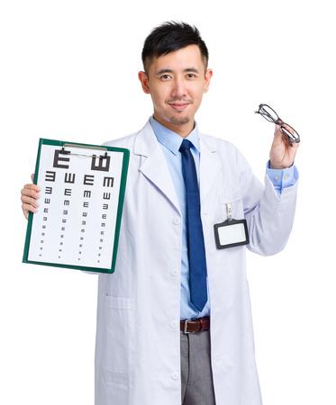 oculista: Oculista asi�tica que sostiene la carta de ojo y gafas