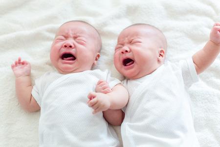 ojos llorando: Twins hermano beb� que llora Foto de archivo