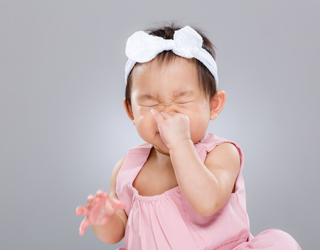 아기 소녀 재채기