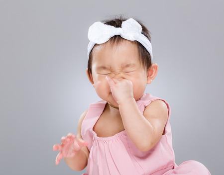 bebe enfermo: Chica estornudo del bebé
