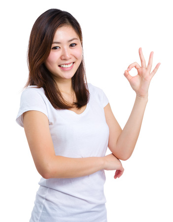 Aziatische vrouw met ok teken