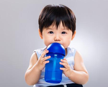 botellas de plastico: Bebida Bebé con la botella de agua