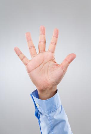 Het de handgebaar van de zakenman toont nummer vijf