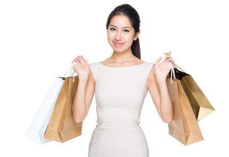 materialistic: Donna felice con shopping bag