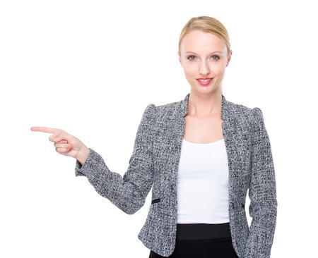 beiseite: Gesch�ftsfrau mit dem Finger zeigen zur Seite Lizenzfreie Bilder