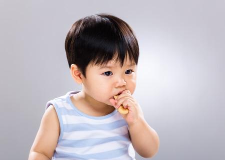 Baby eat finger food Standard-Bild