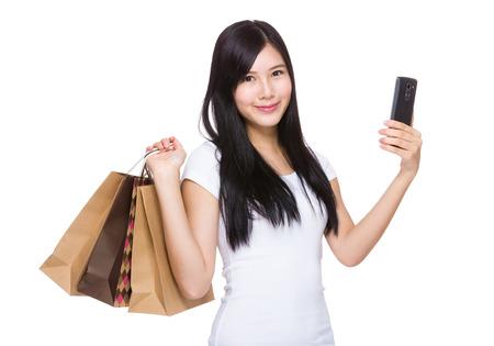 asia smile: Mujer feliz con el bolso de compras y el tel�fono celular