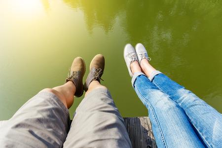 piernas hombre: La mujer y las piernas del hombre en el estanque de agua