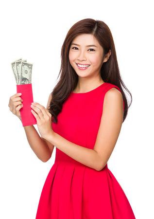 money pocket: Mujer mantener dinero de bolsillo con USD