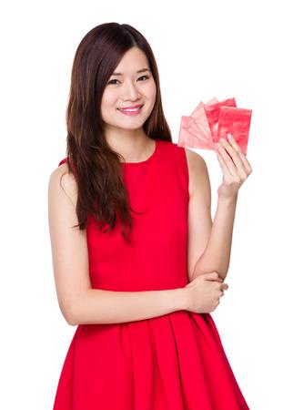 money pocket: Asimiento asi�tico mujer con dinero de bolsillo rojo