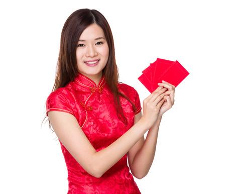 bolsa dinero: Mujer china mantenga el dinero de bolsillo suerte Foto de archivo
