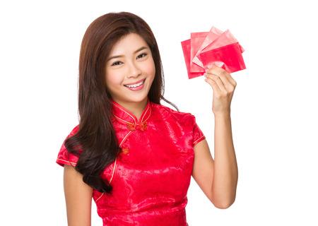 bolsa dinero: Mujer asimiento de la mano con el dinero de bolsillo