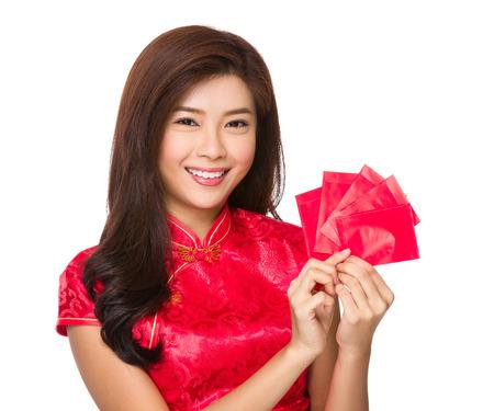 money pocket: Asimiento de la mujer china de la mano con el dinero de bolsillo