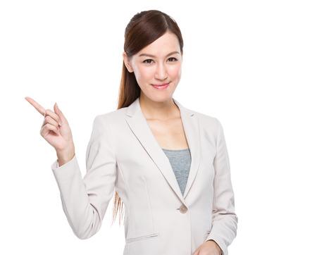 Geschäftsfrau mit dem Finger zeigen, aus