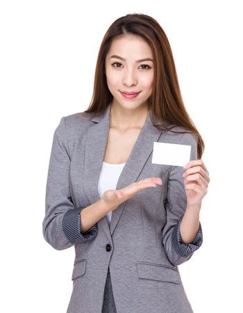 alzando la mano: Negocios muestran con tarjeta de contacto