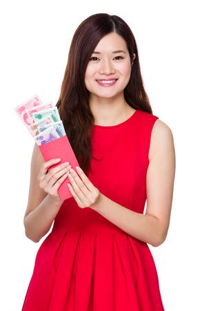 bolsa dinero: Mujer asi�tica mantener dinero de bolsillo rojo con RMB