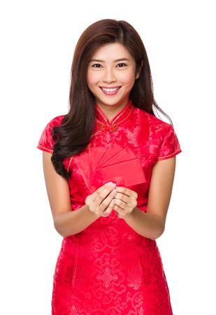 money pocket: Asimiento de la mujer china de la mano con el dinero de bolsillo rojo