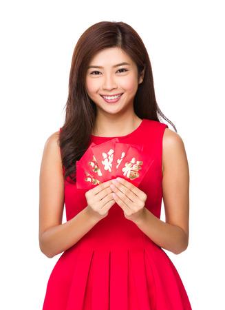 ni�as chinas: Asimiento de la mujer china con dinero de la suerte Foto de archivo