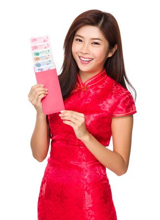 bolsa dinero: Mujer mantener dinero de bolsillo con RMB