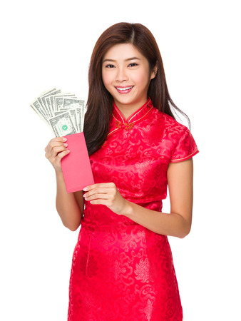 bolsa dinero: Mujer china mantener dinero de bolsillo rojo con USD Foto de archivo