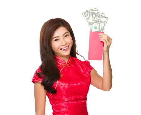 money pocket: Mujer asi�tica mantener dinero de bolsillo rojo con USD