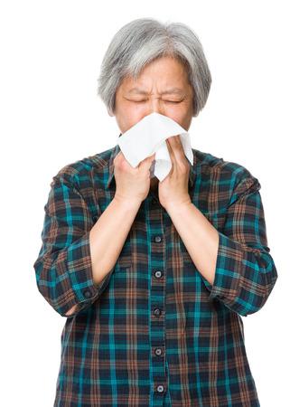 estornudo: Mujer asi�tica estornudo de edad