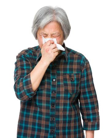 estornudo: Anciana asiática sentirse estornudo