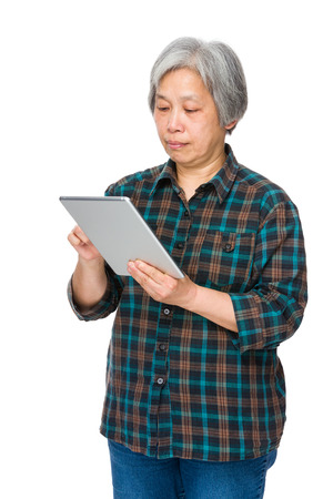 Old woman learn to use tablet 免版税图像