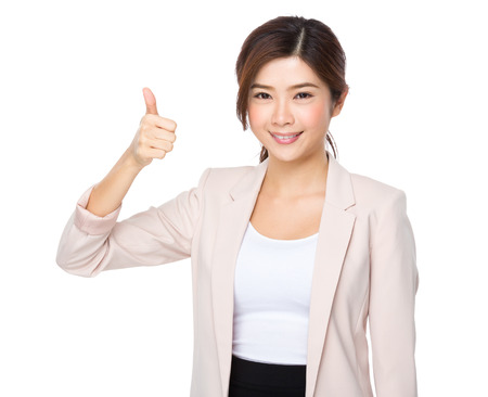 carita feliz: Mujer de negocios asi�tica sonriente da un pulgar hacia arriba gesto
