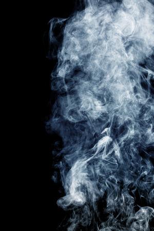 Pluizige rookwolkjes en mist op zwarte achtergrond Stockfoto