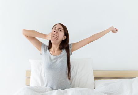 Mujer asiática apenas despierta en la sala de estar