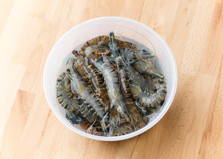gamme de produit: crevettes fra�ches dans un r�cipient en plastique