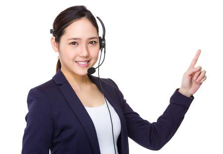 Oficial de los servicios de atención al cliente con el dedo hasta el punto