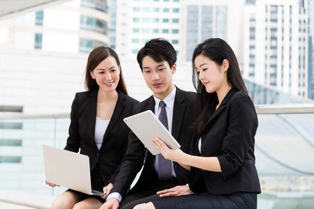 comunicar: Grupo de la gente de negocios discutir sobre la planificación del proyecto