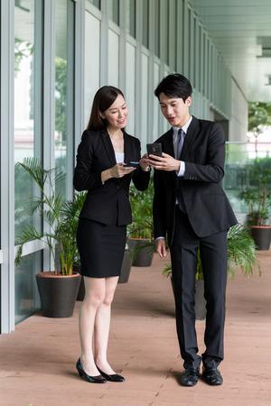 実業家が実業家と携帯電話で何かについて話し合う