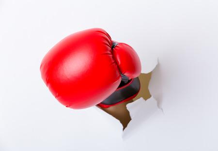 guantes de box: Rotura de la mano a través de papel con guantes de boxeo Foto de archivo