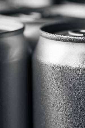 lata de refresco: Latas de aluminio Foto de archivo