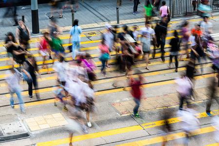 bewegung menschen: Busy pedestrian crossing in Hong Kong Lizenzfreie Bilder