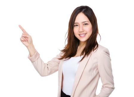 to gestures: Empresaria asi�tica con el puntero hacia arriba