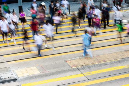 menschen in bewegung: Volksbewegung auf die Stra�e kreuzen