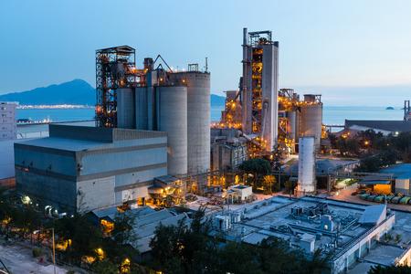 edificio industrial: La industria petroquímica en la puesta del sol